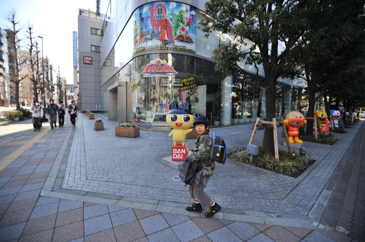 Gros plan sur le rez-de-chaussée du Bandai Head Office Building à Tokyo